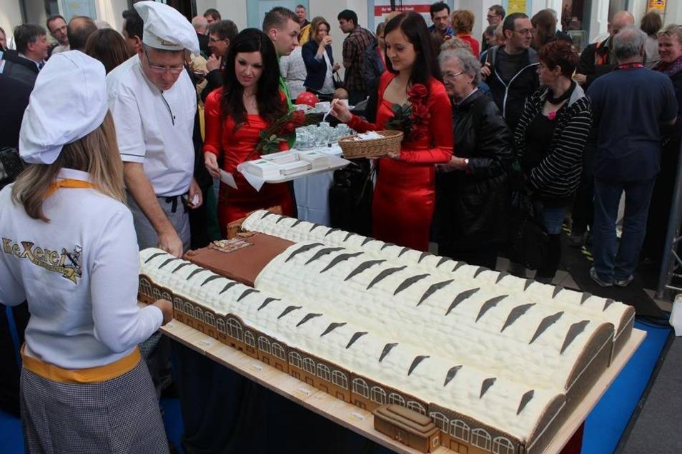 Eine Torte in Form des Dresdner Hauptbahnhofes gab es am Freitag zur offiziellen Eröffnung des Einkaufsbahnhofes.