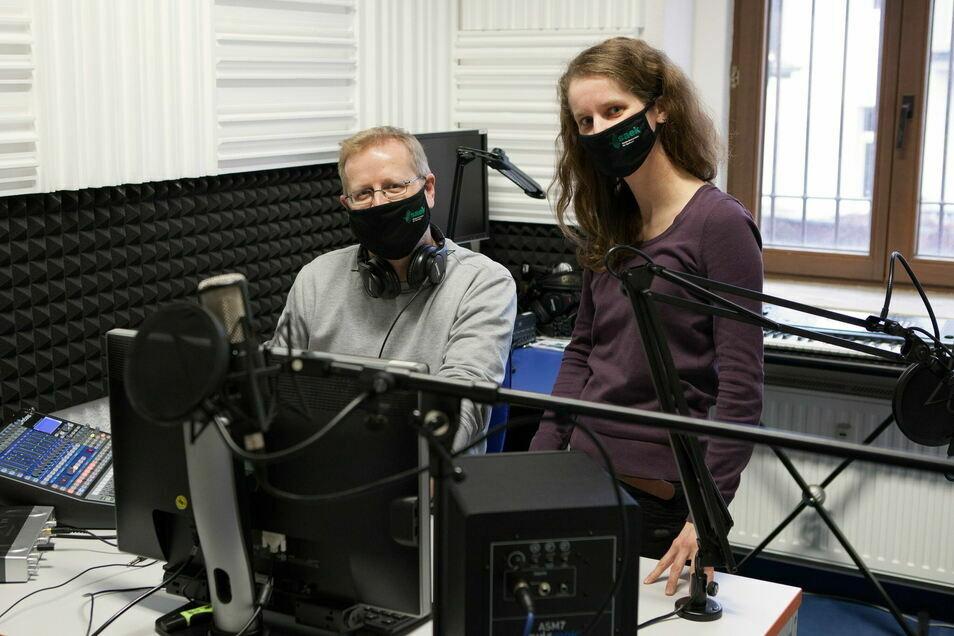 Olav Giewald und Franziska Könitzer im Tonstudio von SAEK Görlitz.