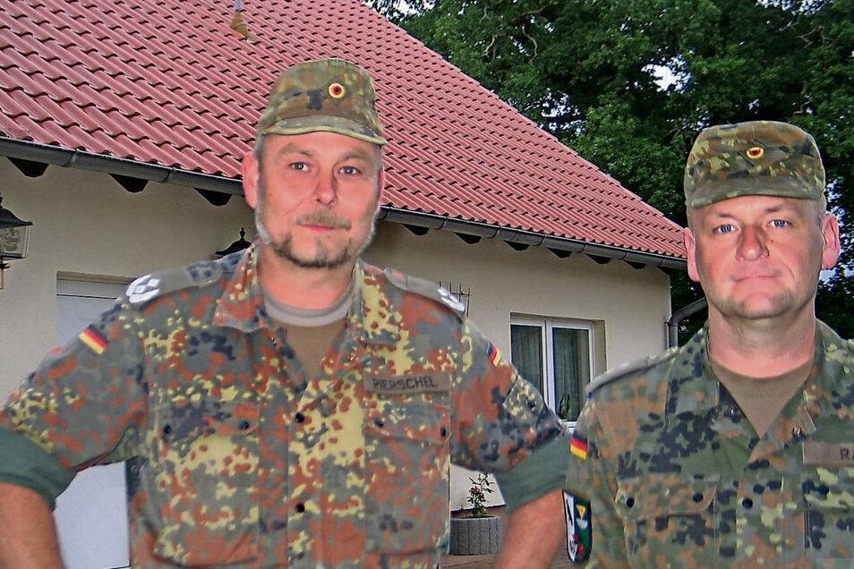 Tüp-Kommandant Oberstleutnant René Pierschel (li.) und sein Stellvertreter, Hauptmann Sven Rahn, begründeten in Weißkeißel, warum der Vorwurf, dass Drohnen auf dem Übungsplatz den TV-Empfang stören, zu Unrecht besteht.