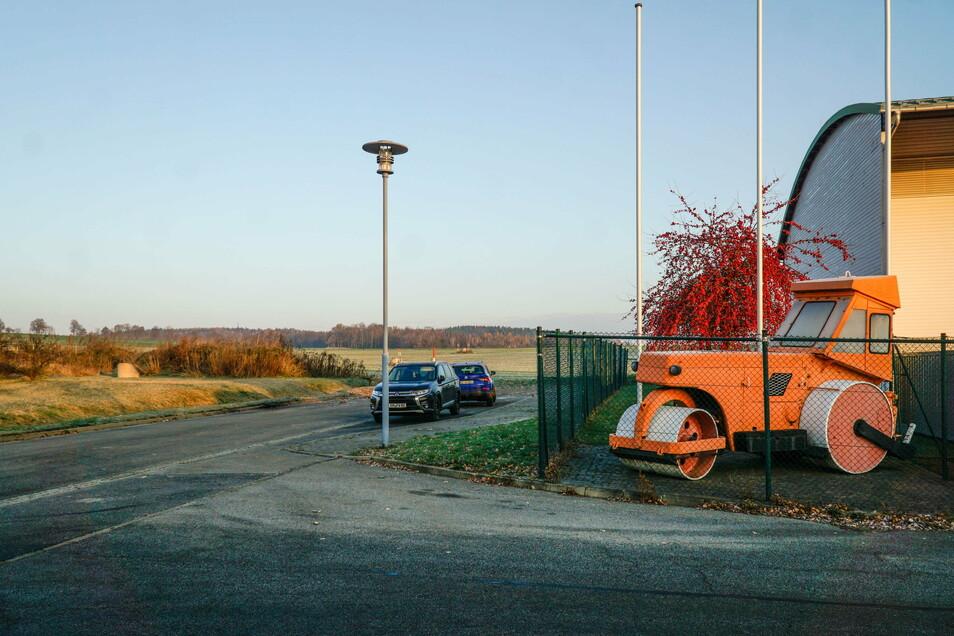 Hier, hinter der Straßenmeisterei, sollen neben der LUA-Fläche zwei weitere Grundstücke für die Ansiedlung von Unternehmen entstehen.