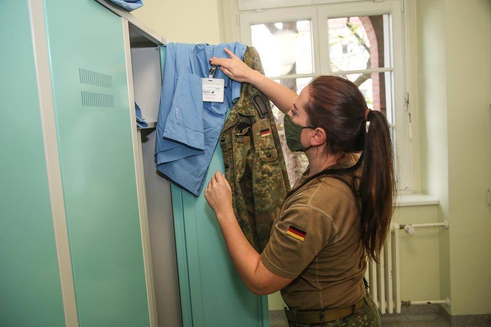 Im Klinikum tragen die Bundeswehrangehörigen die gleiche Kleidung wie alle Mitarbeiter - in Blau statt Grün.