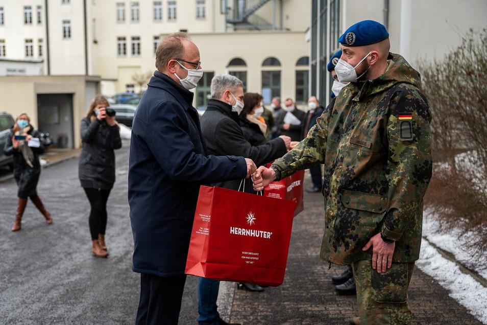 Sind sie bald wieder in größerer Zahl in Görlitz? Im November/Dezember halfen Bundeswehrsoldaten schon einmal in Klinken und Heimen - im Februar gab es zum Dank einen Zapfenstreich (Foto). Aktuell helfen zwölf Soldaten bei der Kontaktverfolgung.