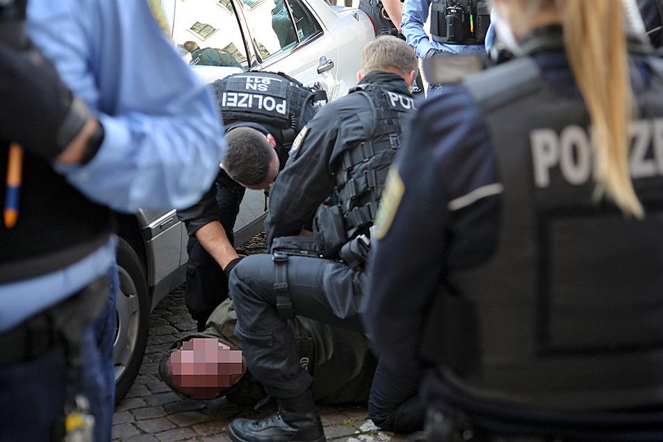 Festnahme in der Pirnaer Altstadt. Mindestens drei Personen griff die Polizei aus der Menge.