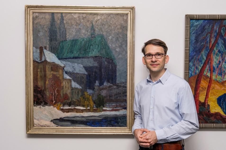 """Kai Wenzel, Kurator des Kulturhistorischen Museums Görlitz, vor dem Gemälde """"Görlitzer Peterskirche im Winter"""" von Fritz Neumann-Hegenberg. Das Bild ist im Kaisertrutz ausgestellt."""