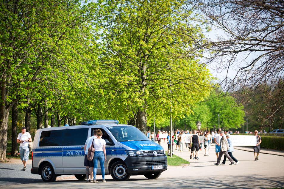 Im Großen Garten wurde gegen die Corona-Regeln demonstriert. Die Polizei kam zum Einsatz.