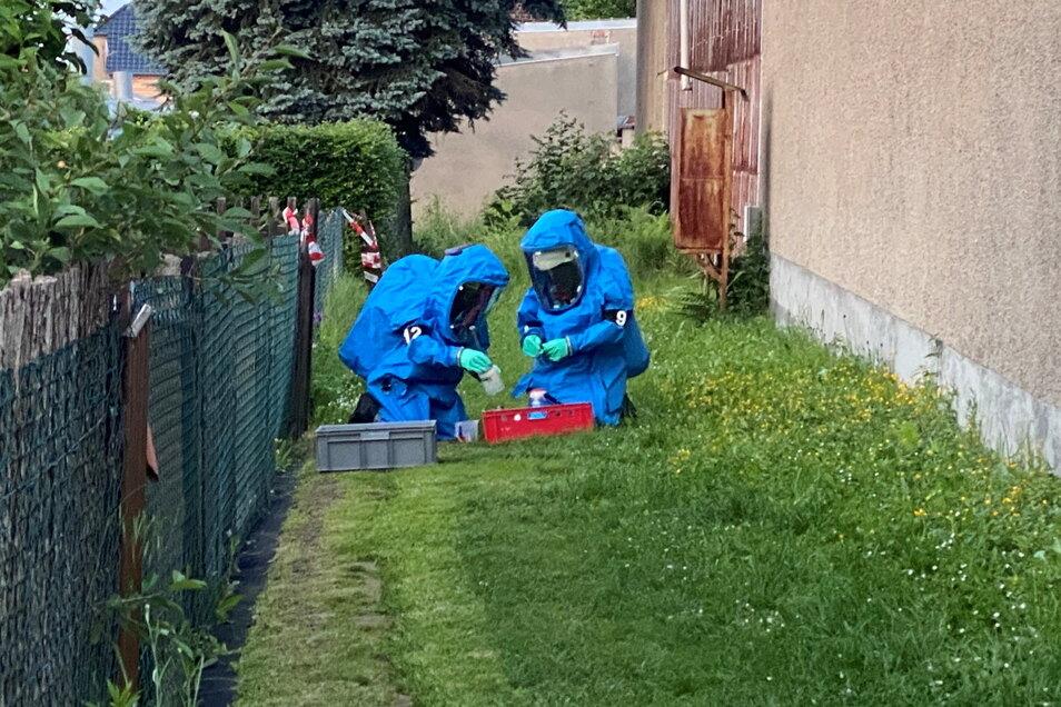 Feuerwehrleute des Gefahrgutzuges Mittelsachsen suchten am Freitagabend nach einer unbekannten Flüssigkeit in einer Gartenparzelle.