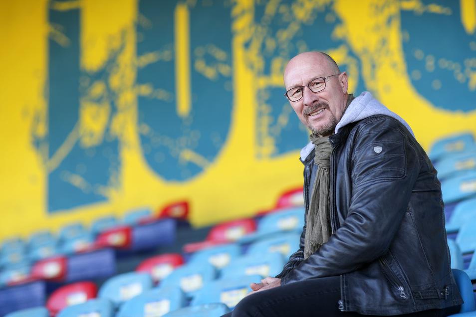 Trainer Wolfgang Wolf sieht für den 1. FC Lokomotive Leipzig sportliche und wirtschaftliche Hürden auf dem Weg zurück ins Profigeschäft.