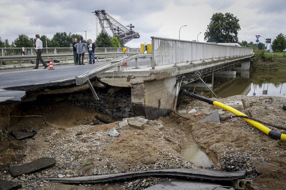 Auch die Brücke an der B99 in Hagenwerder wurde ein Opfer der Fluten.