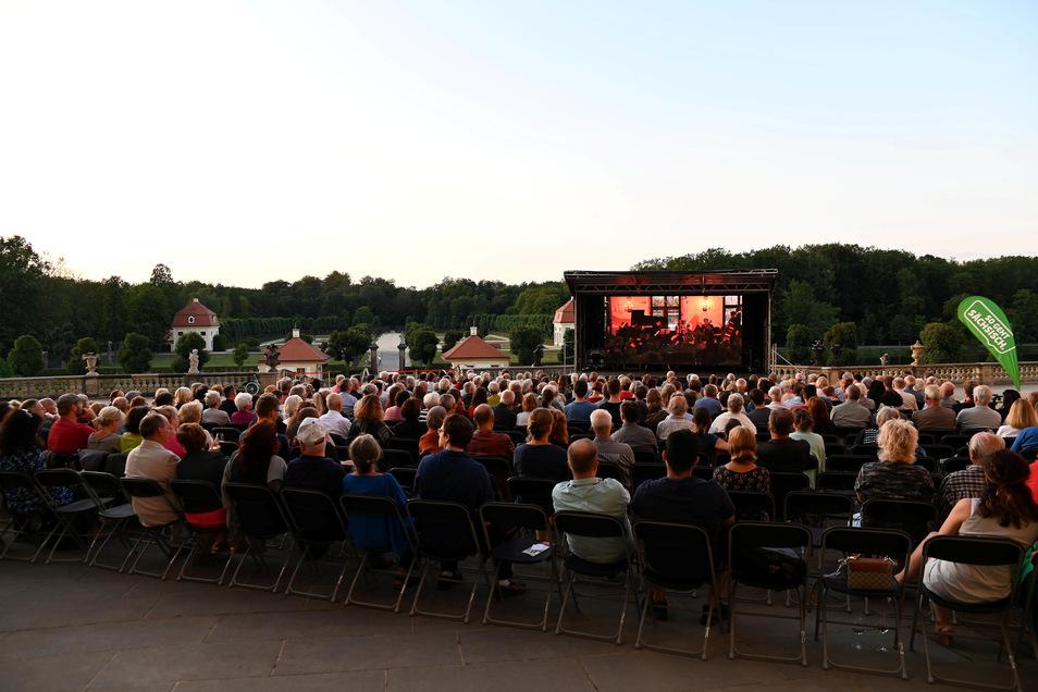 Das ausverkaufte Eröffnungskonzert des Moritzburg Festivals im Speisesaal des Schlosses, das mit 180 Gästen einen Besucherrekord erlebte, konnte im vergangenen Jahr beim kostenfreien Public Viewing auf der Nordterrasse miterlebt werden. Diesmal finden die