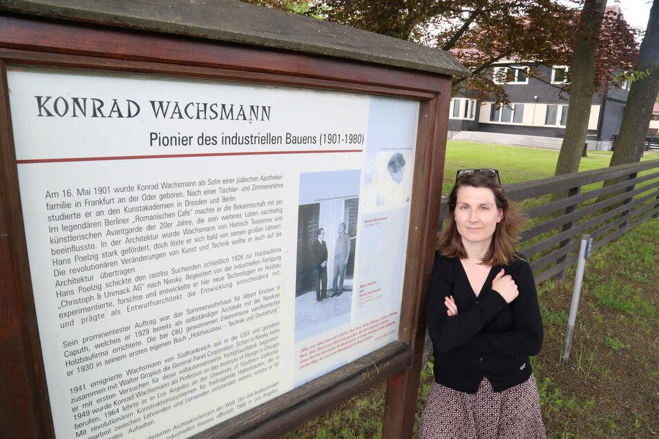 Claudia Wieltsch ist zuständig für das Konrad- Wachsmann-Haus (im Hintergrund). Inzwischen ist das Holzhaus nicht mehr nur Museum, sondern auch Forschungsstätte für den Holzbau in Niesky.