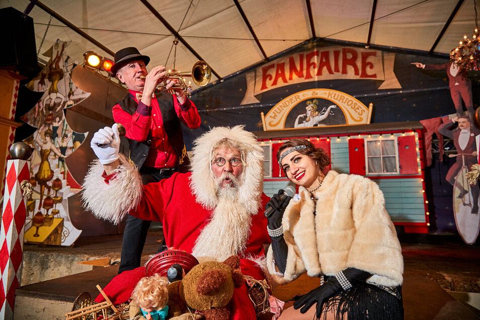 Weihnachtsmann Richard Riesel läutet mit Sängerin Wlada und Trompeter Stefan von der Band Cirque du Monde den Weihnachtsmarkt auf der Festung Königstein ein.