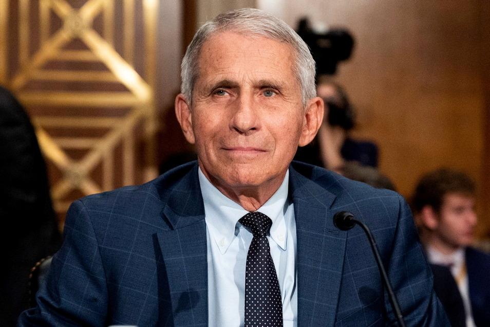 Der US-Immunologe und Präsidentenberater Anthony Fauci, lächelt bei einer Anhörung des Senate Health, Education, Labor, and Pensions Committee.