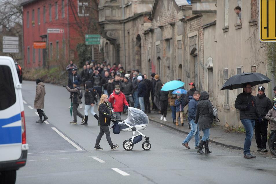 Auch heute am Ostermontag spazierten Hunderte Gegner der Corona-Maßnahmen in Zittau friedlich entlang des Stadtringes. An der Böhmischen Straße dirigierte die Polizei sie auf die andere Straßenseite.