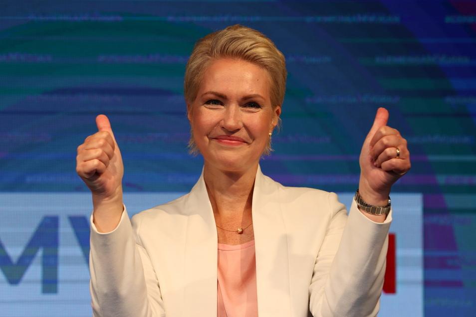 26.09.2021, Mecklenburg-Vorpommern, Schwerin: Manuela Schwesig (SPD), Ministerpräsidentin von Mecklenburg-Vorpommern jubelt bei der Wahlparty der SPD am 26. September.