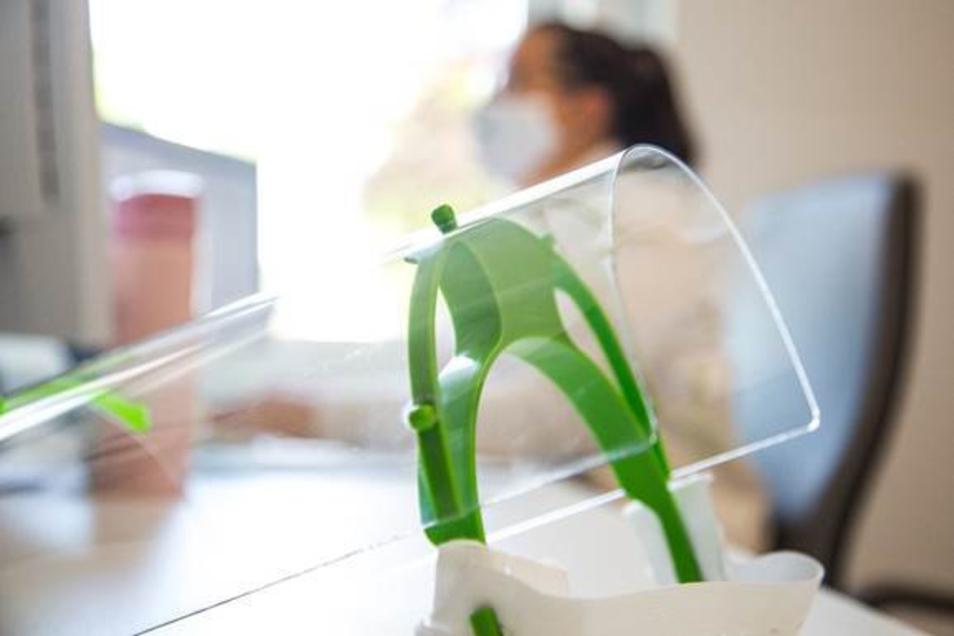 Mund-Nasen-Schutz und Schutzschilder gehören auch in den Hausarztpraxen neuerdings zum Alltag. Jetzt gibt es zum Thema Hausärzte einen Online-Fragebogen..