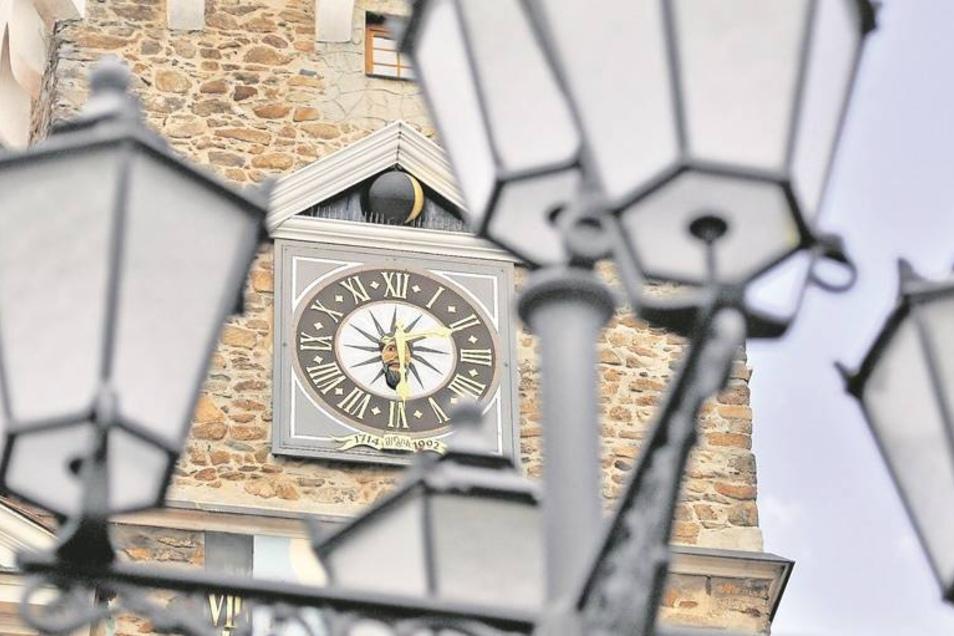 Am Rathausturm ist nicht nur die Uhrzeit erkennbar, sondern auch, dass der Mond dieser Tage zunimmt. Zu sehen ist das an der goldenen Sichel auf der Kugel über dem Zifferblatt. Dabei handelt es sich um die einzigartige Mondphasenuhr, die es seit 1992 wied