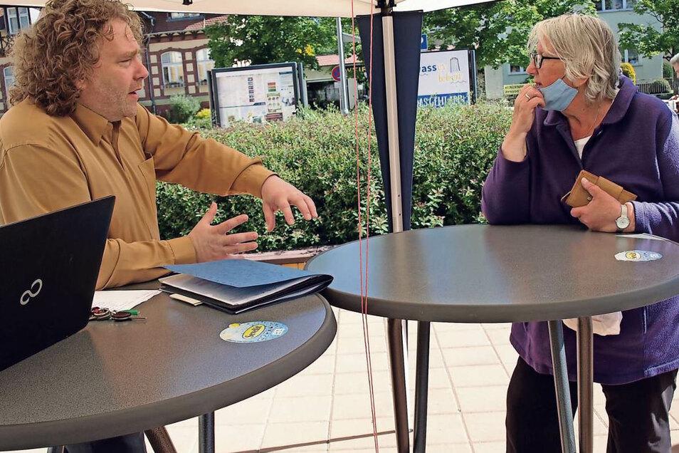 """Nach vielen Wochen Pause bei der """"OB-Gerüchteküche"""" kamen Freitag rund 40 Bürger mit ihren Fragen und Problemen an den Stand von Torsten Pötzsch."""