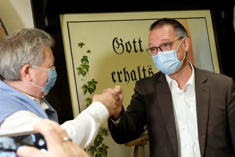 CDU-Bewerber Ralf Hänsel hatte ursprünglich seine Mitstreiter nur zu einem Dankesfest in die Schwerter-Brauerei eingeladen. Dann wurde es eine Siegesfeier. Ex-Landrat Arndt Steinbach gehörte zu den ersten Gratulanten.