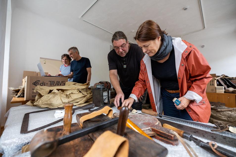 Hier bereiten die Ausstellungsgestalter Anne Escher (v.l.), Mario Graubner, Museumsleiter Thomas Klein und Barbara Graubner die neue Ausstellung im Lohgerbermuseum Dippoldiswalde vor.