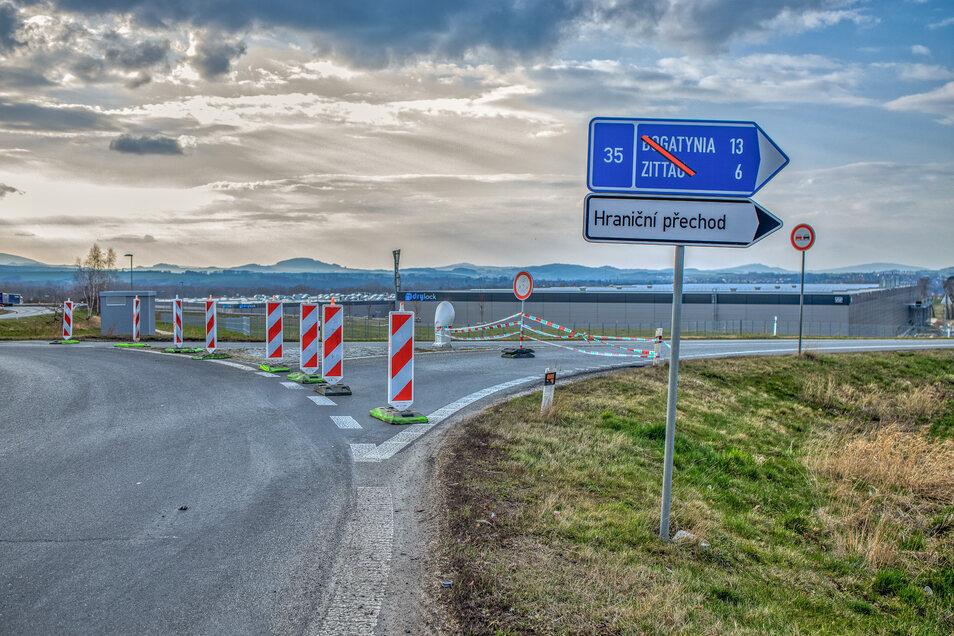 Die Zufahrt zur Straße nach Bogatynia und Zittau ist ebenfalls gesperrt.