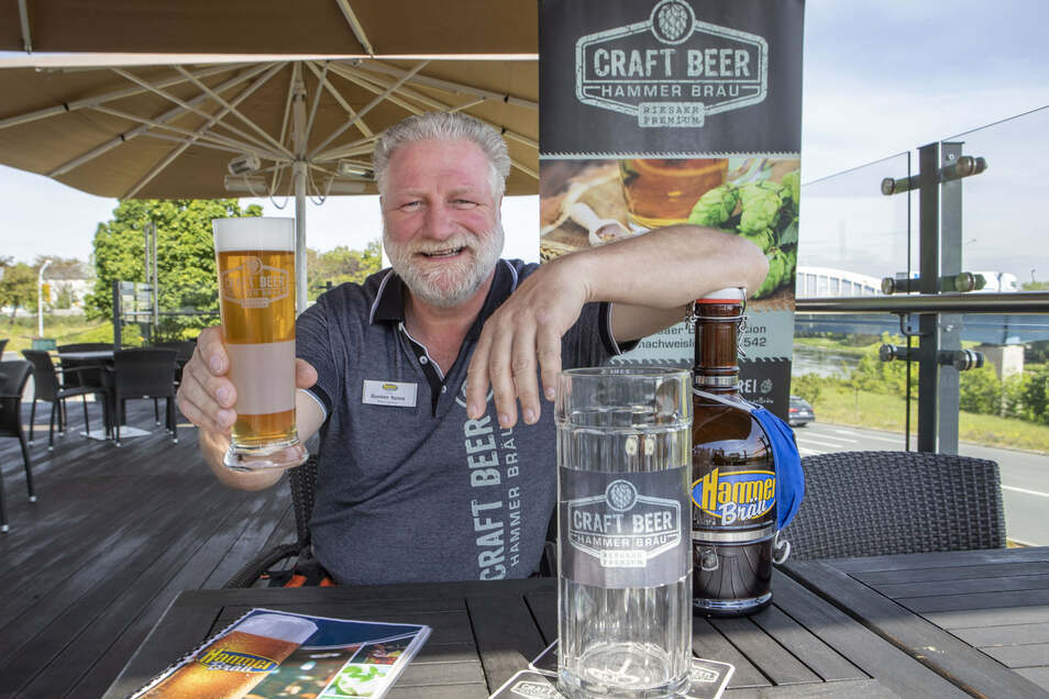 Gunter Spies stößt mit seinem neuen Hammerbräu-Bier an.