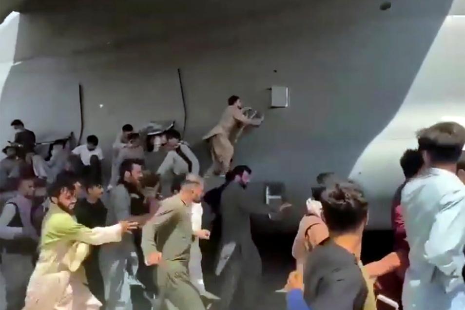 Hunderte Menschen haben in Kabul versucht, aus Verzweiflung auf und in Flugzeuge der NATO-Truppen zu stürmen. Einige hingen noch in der Luft daran und stützten dann in den Tod.