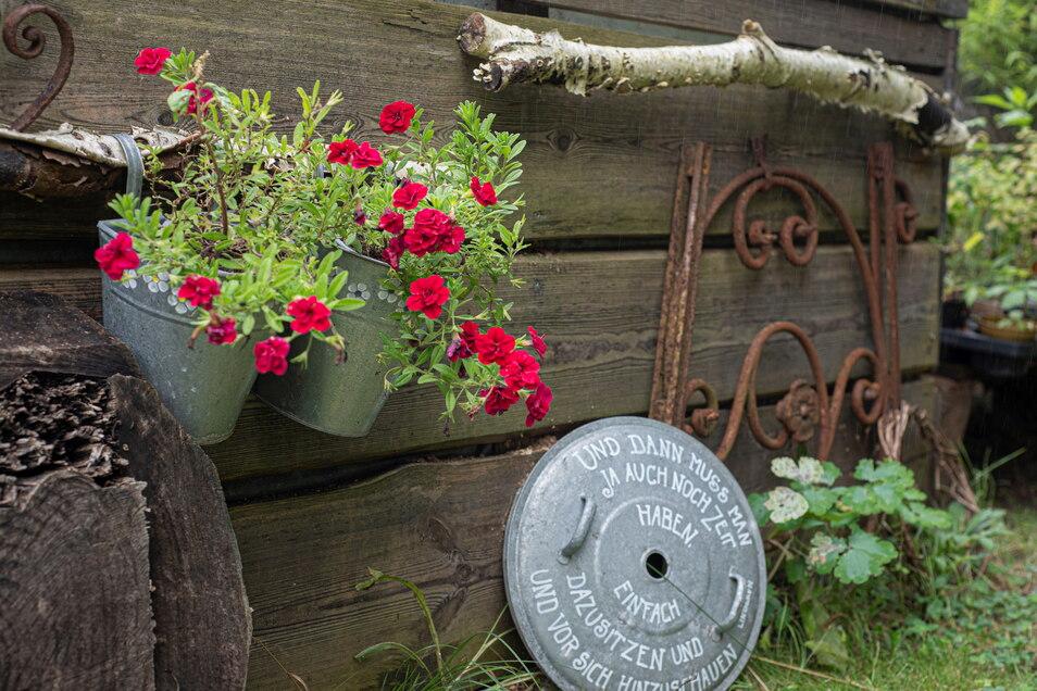 """Deko-Elemente, wohin man blicken kann. Die Hausherrin hat ein Händchen dafür. Die Hilsbergs gehören auch der Gruppe der """"Offenen Gartenpforte in Kamenz & Umgebung"""" an."""