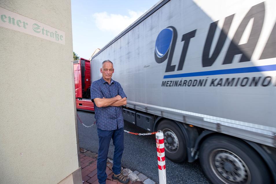 Lutz Kühne steht an der engen Kurve am Wilsdruffer Amtshof, wo nur ein Lkw vorbei passt. An dieser Stelle haben einige Fahrzeuge bereits Schäden verursacht.