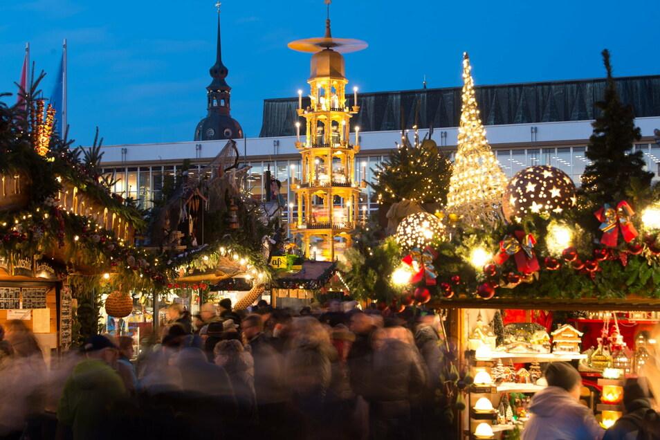 Bilder wie dieses aus dem Jahr 2018 wird man in diesem Jahr auf dem Dresdner Altmarkt nicht sehen: Der Striezelmarkt wurde wegen der Corona-Pandemie abgesagt.