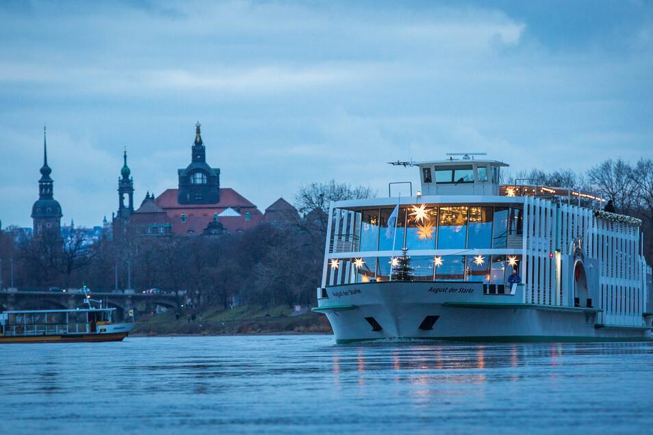 Die Fähren und die Salonschiffe können derzeit problemlos auf der Elbe fahren, Frachter schon lange nicht mehr.