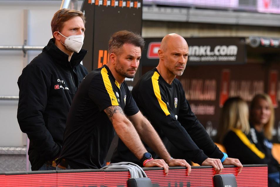 Der neue Chefcoach Alexander Schmidt (r.) hat Marco Hartmann (l.; in der Mitte Chefscout Kristian Walter) mit in seine Arbeit eingebunden. Der 33-Jährige soll seine Erfahrungen bei Standards weitergeben.