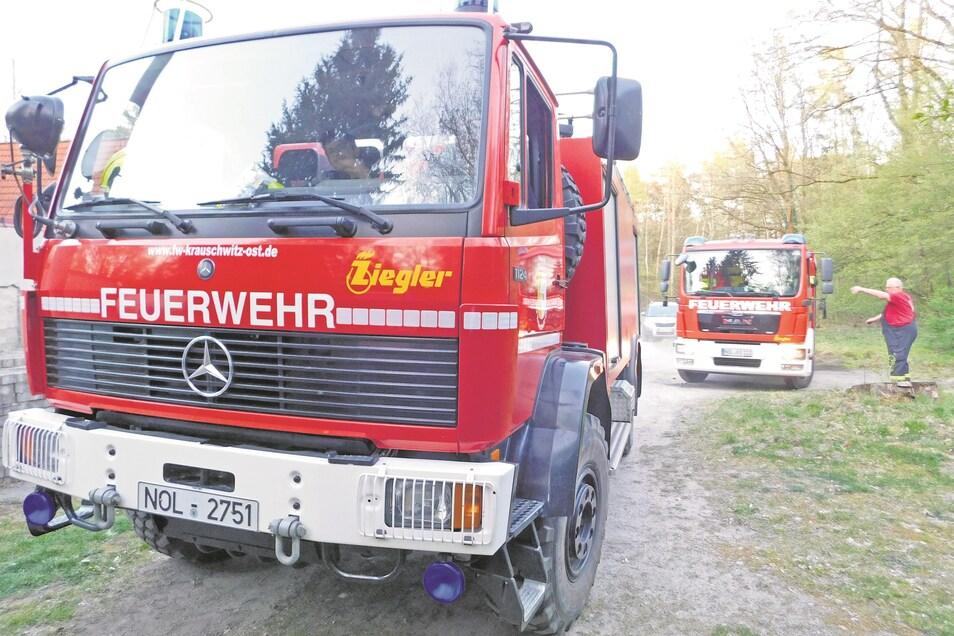 Die Fahrzeuge der ausgerückten Wehren konnten nicht bis zum Einsatzort vorfahren, da sich die Brandstelle in einem schwer zugänglichen Waldstück befand.