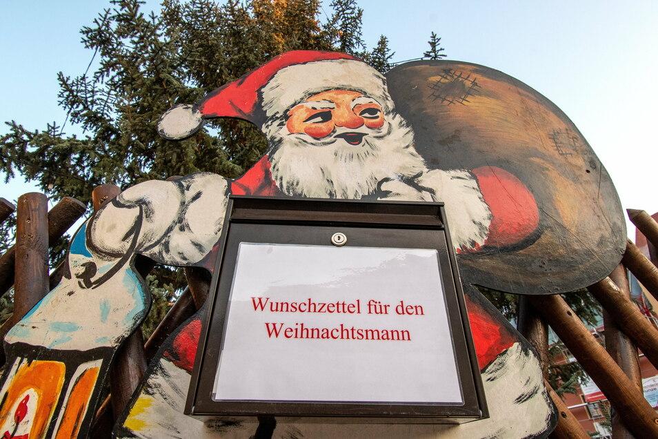 In Roßwein am Weihnachtsbaum auf dem Marktplatz und in Schönberg an der großen Pyramide können Kinder in den nächsten Tagen ihre Wunschzettel einwerfen.