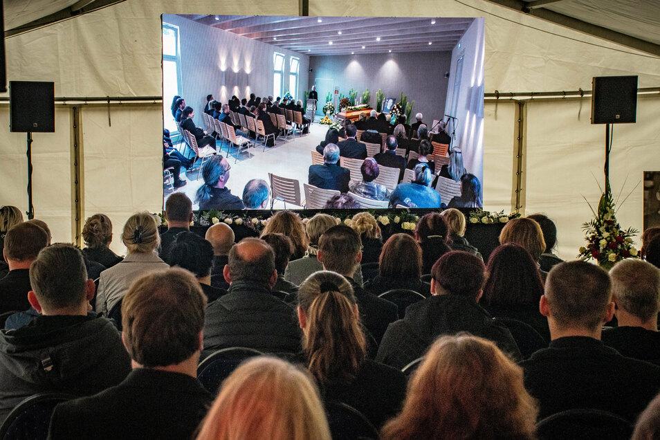 Die Feier in der Trauerhalle des Bestattungshauses Illgen ist in ein Zelt auf dem Hof übertragen worden. Das bot Platz für mehr als 200 weitere Trauergäste. Die Anteilnahme war riesengroß.