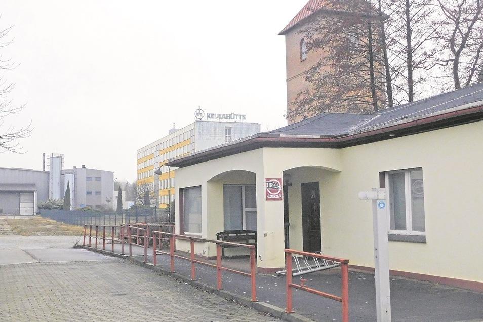 Noch ist hier nur der Eingang zum Vereinsgebäude von Stahl Krauschwitz. Klappt die Sanierung, werden in der einstigen Kantine der Keulahütte drei Vereine aktiv sein.
