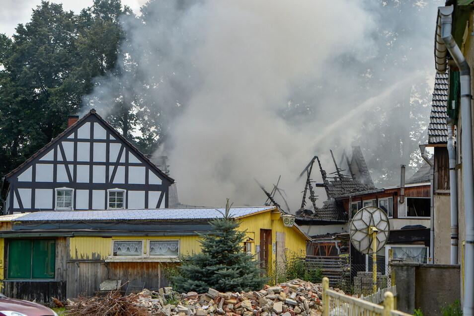 Bei dem Feuer im Neschwitzer Ortsteil Saritsch wurde der Dachstuhl einer Scheune zerstört. An einem Wohnhaus entstand Schaden.
