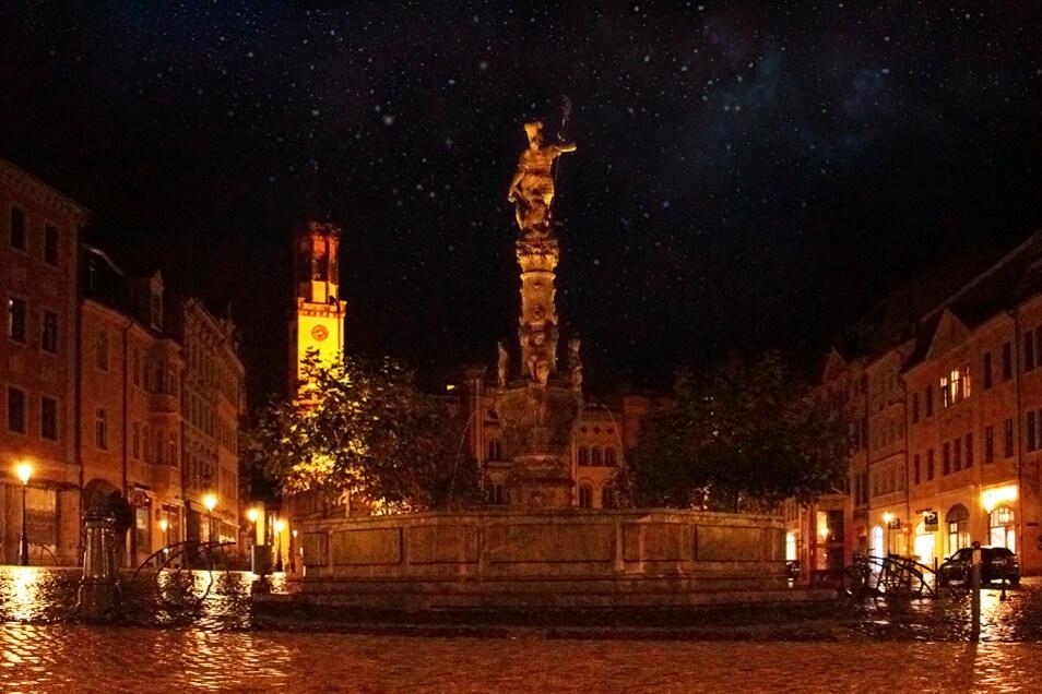 Der Marktplatz in Zittau bei Nacht.