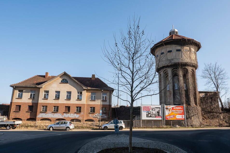 Der Wasserturm bleibt stehen, aber die Gebäude ringsherum sollen alle verschwinden, darunter auch der frühere Wagenmeisterposten (links).
