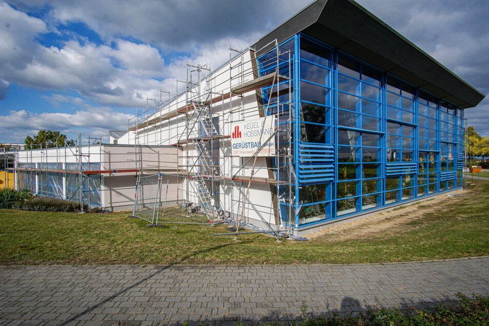 Die Schwimmhalle im Bautzener Stadtteil Gesundbrunnen ist teilweise eingerüstet. Die Beteiligungs- und Betriebsgesellschaft Bautzen lässt die Fassade erneuern.