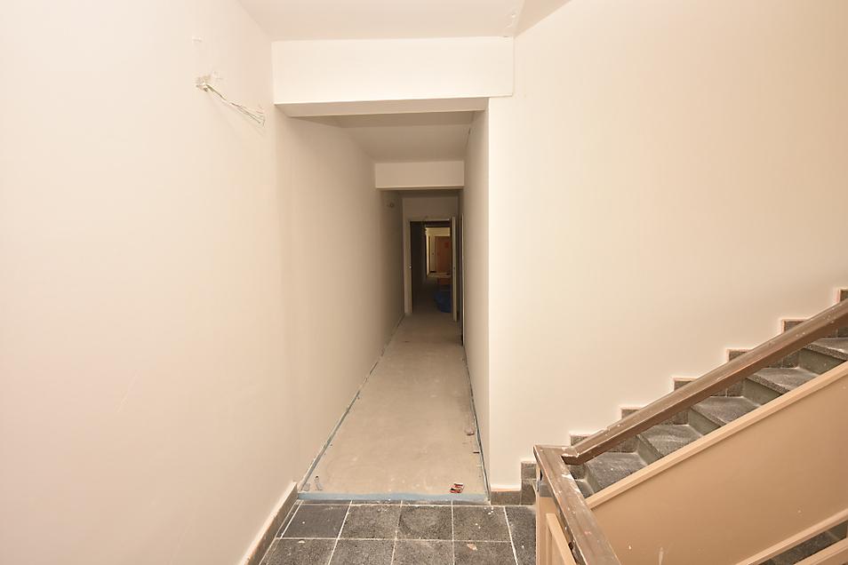 Die Schaffung der Verteilergänge jeweils zwischen zwei Treppenhäusern war schon aufwendiger, aber Voraussetzung für die Erreichbarkeit per Aufzug.