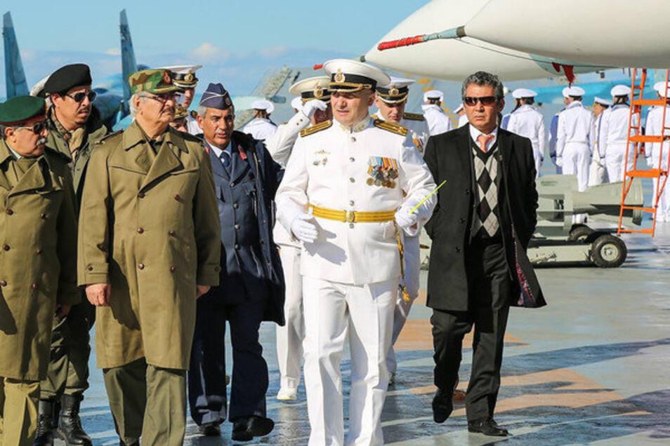 """Der libysche Heneral Chalifa Haftar (3.v.l.) mit anderen Libyern und russischen Militärs beim Besuch des russischen Flugzeugträgers """"Admiral Kusnetsow"""" im Januar 2017."""