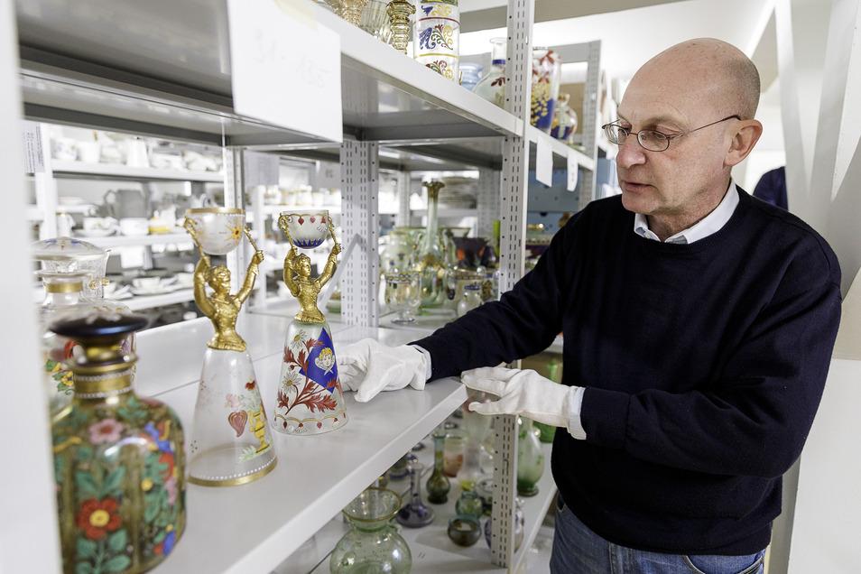 """Im Schlesischen Museum bereitet der Kunsthistoriker Martin Kügler die Ausstellung """"Heckert Glas"""" zu historistischem Glas aus Schlesien vor. Sie wird aufgebaut wie geplant, aber erst eröffnet, sobald es wieder möglich ist."""