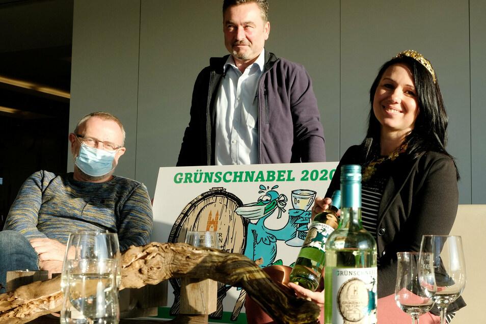 Freuen sich über eine gelungene Grünschnabel-Edition: der Vater der Figur, Lutz Richter, Winzerchef Lutz Krüger und Weinkönigin Katja Böhme.