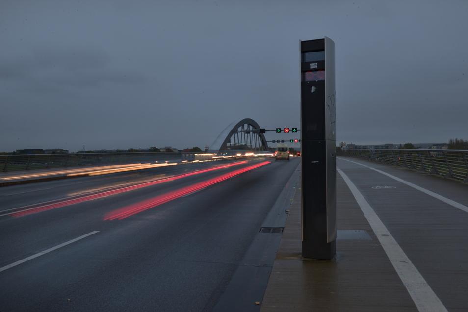 Nach Einbruch der Dunkelheit müssen Kraftfahrer auf der Waldschlößchenbrücke in Dresden jetzt bremsen.