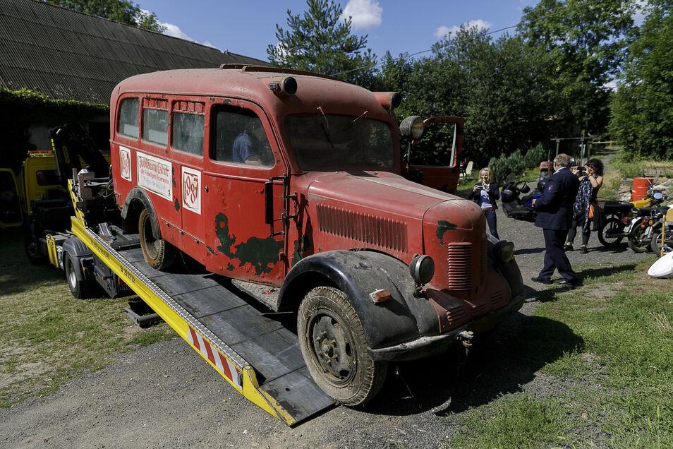 Die Firma Dussa holte am Donnerstag den Transporter aus Klein-Neundorf ab. In Holtendorf wird er aufgebaut.