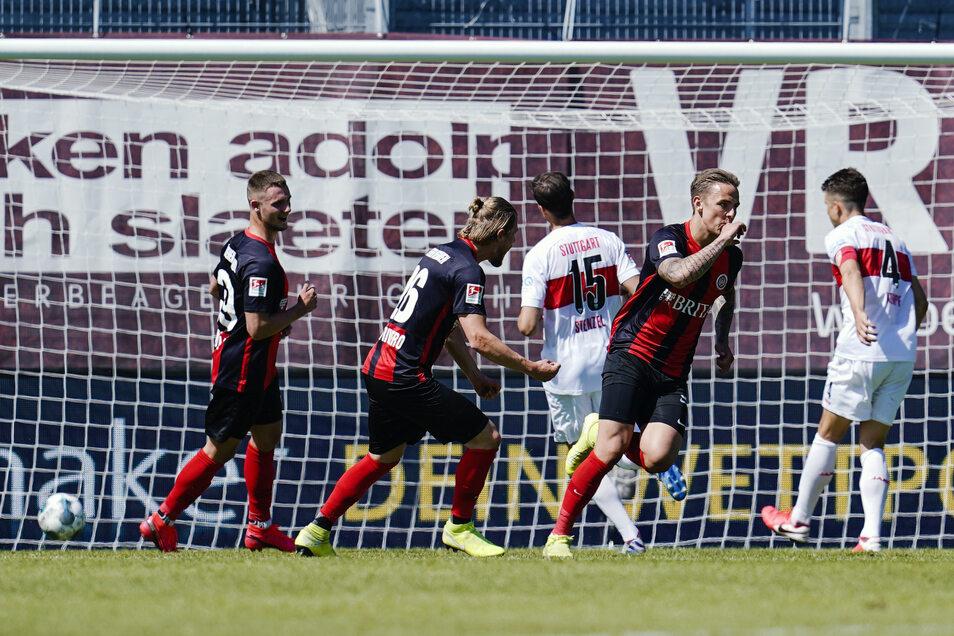 Wiesbadens Phillip Tietz (2. v. r) jubelt, nachdem er in der letzten Minute der Nachspielzeit mit einem strittigen Elfmeter zum 2:1-Sieg gegen Stuttgart trifft. Das Tor wird nun vom Sportgericht überprüft.