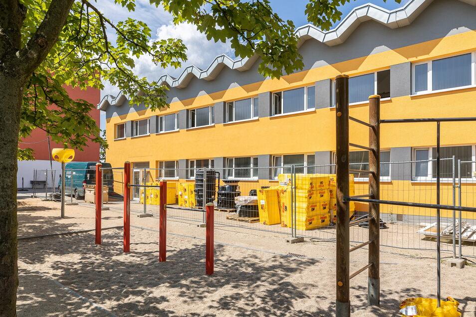 Die einstige Turnhalle an der Grund- und Oberschule von Bannewitz verändert ihr Gesicht. Bis Februar entstehen dort vier Klassenzimmer und eine Mensa.