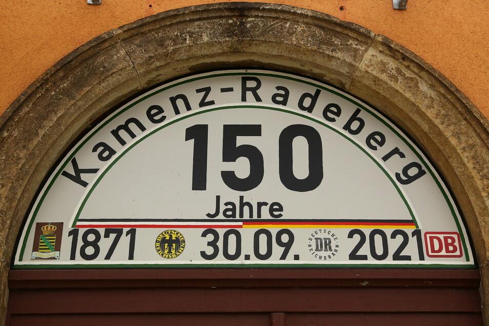 Auf dem Pulsnitzer Bahnhof wird ebenfalls auf das Jubiläum der Bahnstrecke Kamenz-Radeberg aufmerksam gemacht.