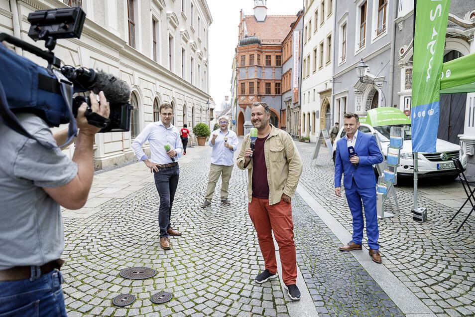 Roman Nuck (MDR), Tomasz Sikora (Radio Wroclaw), Silvio Zschage (MDR) und Petr Kumpfe (Česky Rozhlas Sever) (v.l.) stehen auf der Brüderstraße. Das Fernsehen ist da.