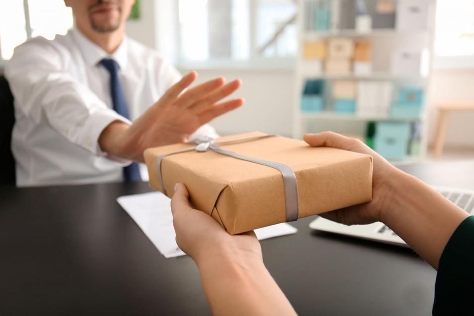Dass Geschenke von Vorgesetzten oder Kollegen abgelehnt werden, kommt heute gar nicht so selten vor.